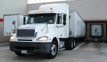 משאית הובלות במגרש חניה