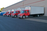 שורה של משאיות הובלה בחניית חברת הובלות