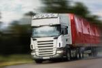 משאית הובלה בתנועה על כביש