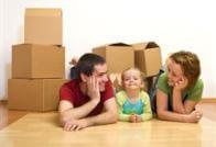 משפחה צעירה בבית החדש שלה עם קרטונים