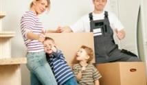זוג הורים עם ילדים קטנים מתכוננים להובלה