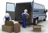 מובילים מעמיסים ארגזים לרכב הובלות