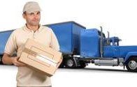 מוביל מעביר משלוח עם רכב סמיטריילר