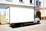 משאית הובלות לבנה