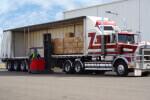 מוביל מעמיס ארגזים על משאית לצורך הובלה