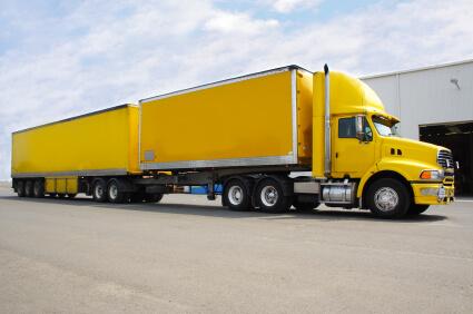 משאית צהובה בדרך להובלה