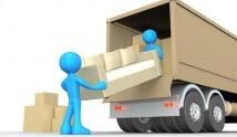 שתי דמויות מעלות ספה למשאית הובלות