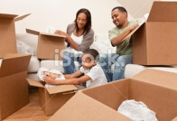 משפחה אורזת לקראת מעבר דירה