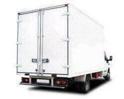 משאית הובלות גדולה בצבע לבן