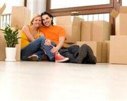זוג צעיר עם ארגזים מוכנים להובלה