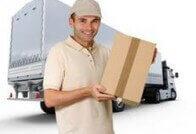 עובד בחברת הובלות עם ארגז ביד