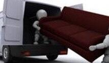 עובדים מעמיסים ספה על משאית של חברת הובלות רהיטים