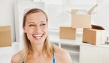 אשה אורזת דירה בתוך קרטונים להובלה
