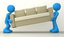 אנשים מובילים ספה בתהליך הובלת רהיטים