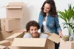 זוג עם קרטונים לפני הובלת דירה