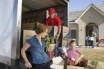 אשה, ילדה ומוביל בתהליך הובלת בית פרטי