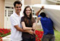 זוג צעיר ממתין להובלת מזרן